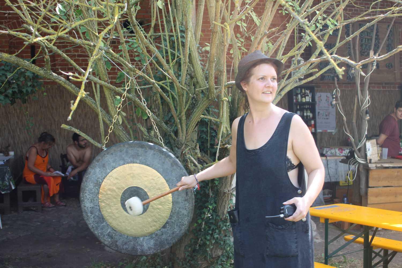 Stefanie Hintzsche schlägt den Gong