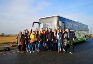 Der Bus und Campteilnehmer am Strand vom Ortsteil Ording c Tourismusverband Fläming
