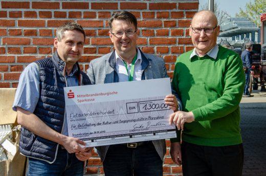 Spendenübergabe v. l. M. Knape, G. Brachwitz, H.Strauch