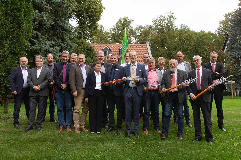 Gruppenfoto mit Landrat, Vertretern der Kommunen und der Ämter sowie der Telekom