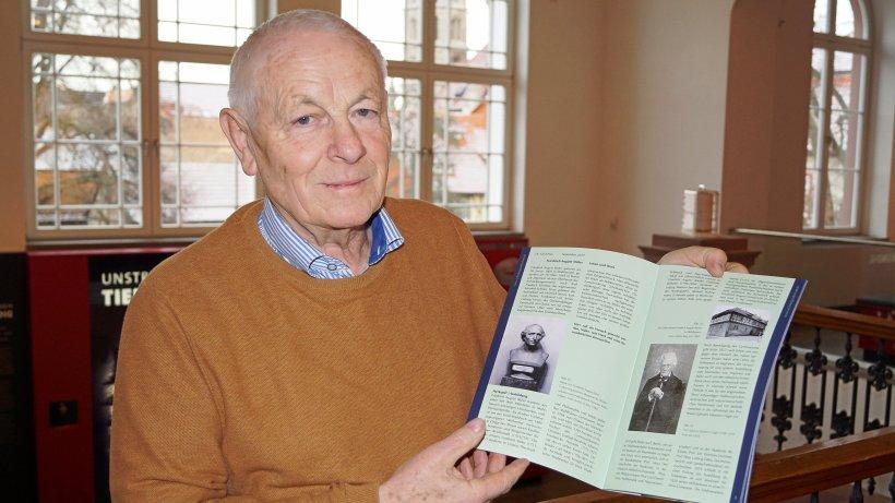 Dr. Gerd Kley mit Broschüre über Stüler