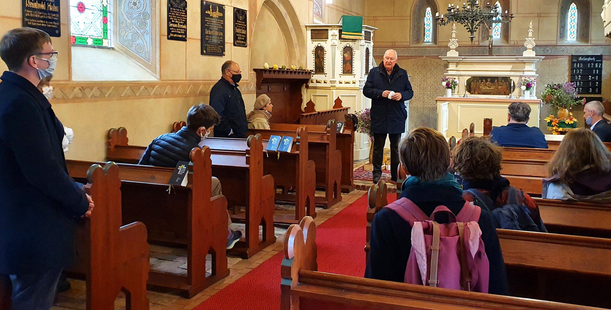 Vikare besuchen Kirche Garrey