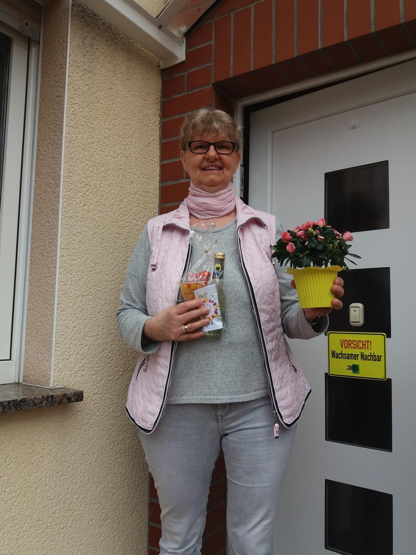 Ilona Eilert freut sich über die Präsente