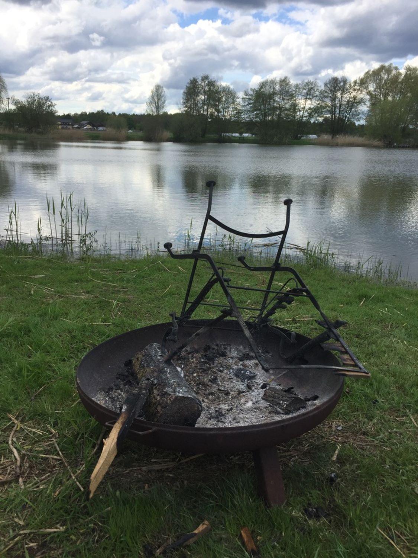 der verbrannte Stuhl in der Feuerschale