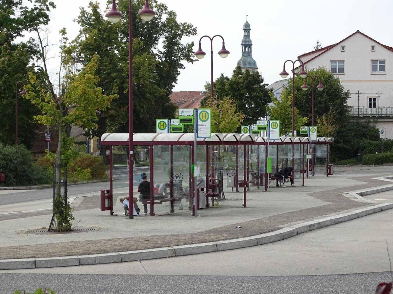 Busbahnhof Bad Belzig mit Axentia-Anzeigetafeln